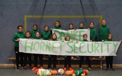 Fußball-Mädchen des HSC freuen sich über neue Trainingsanzüge