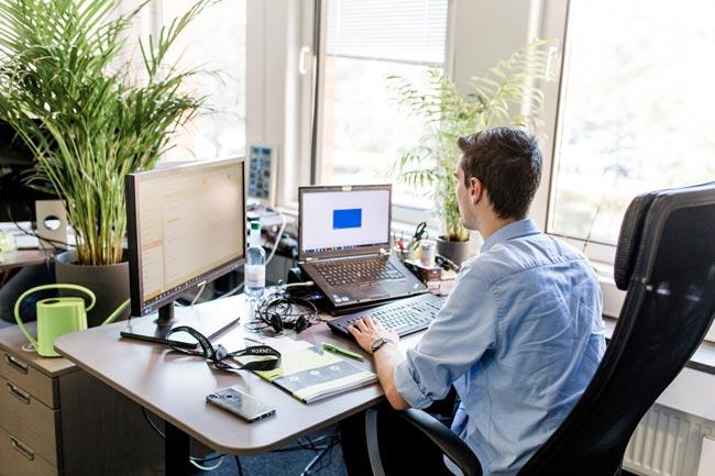 Ein Werkstudent während seiner Arbeit